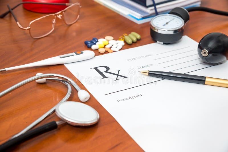 Tomt medicinskt recept med stetoskopet, preventivpillerar, penna arkivfoto