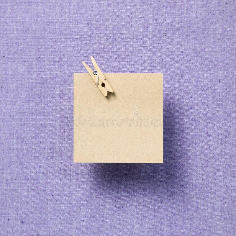 Tomt minneslistapapper, klibbiga anmärkningar på tygbakgrund royaltyfri bild