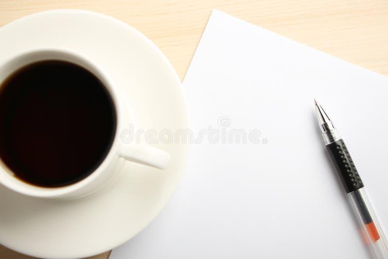 Tomt papper med bollpennan och kaffe arkivbilder