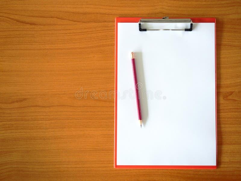 Tomt papper och blyertspenna på skrivplattan fotografering för bildbyråer