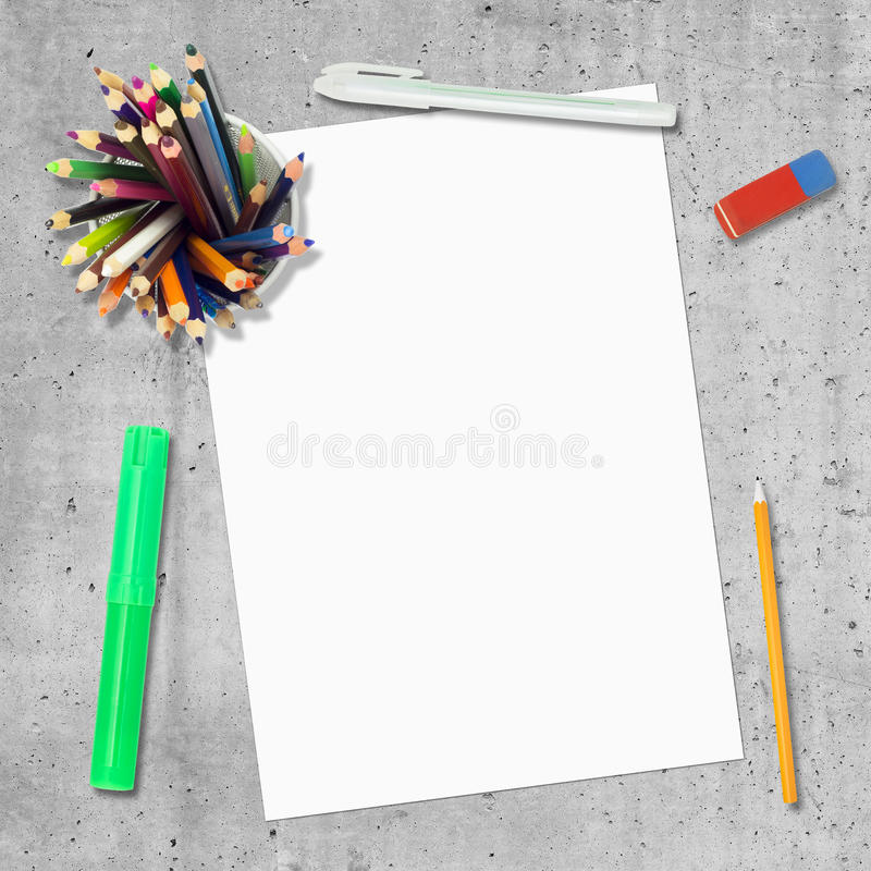 Tomt papper, penna, blyertspennor och radering arkivbilder