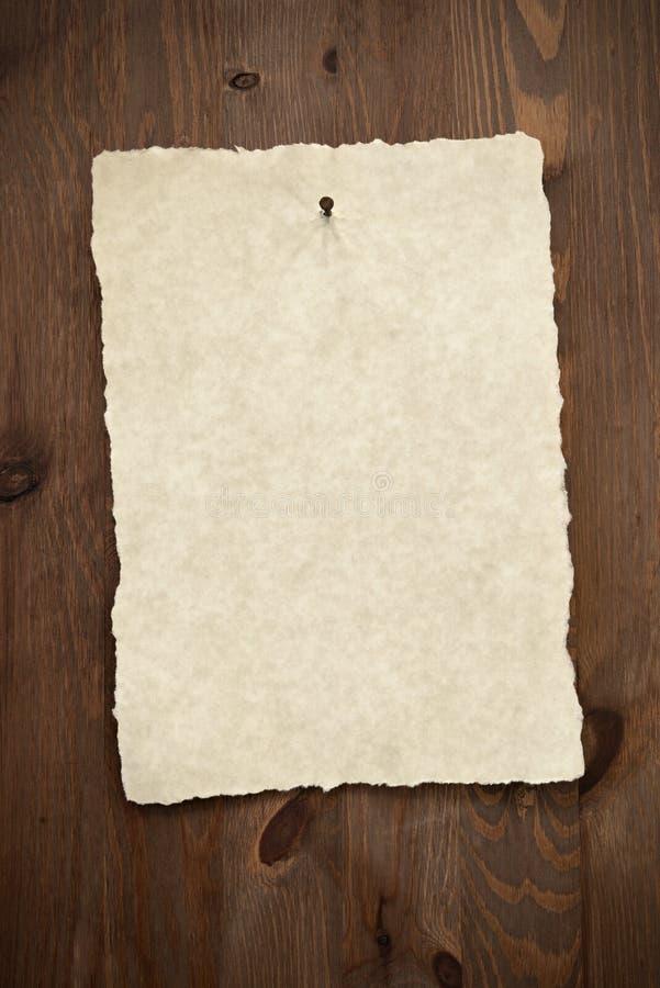 Tomt pergamentpapper på gammal dörr. arkivfoto