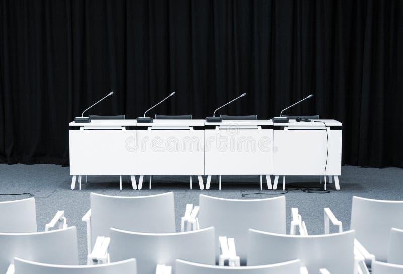 Tomt presskonferensrum royaltyfria foton