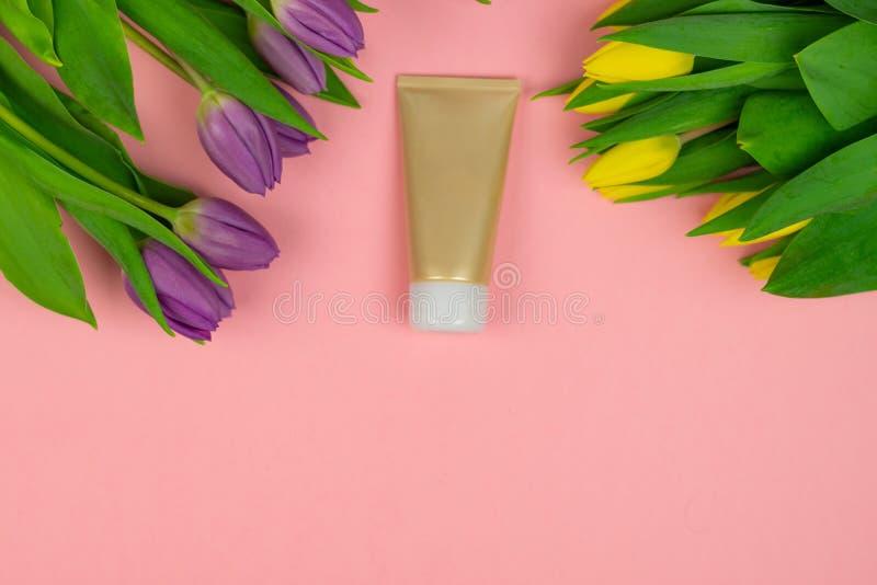 Tomt r?r av kr?m p? en rosa bakgrund med blommor fotografering för bildbyråer