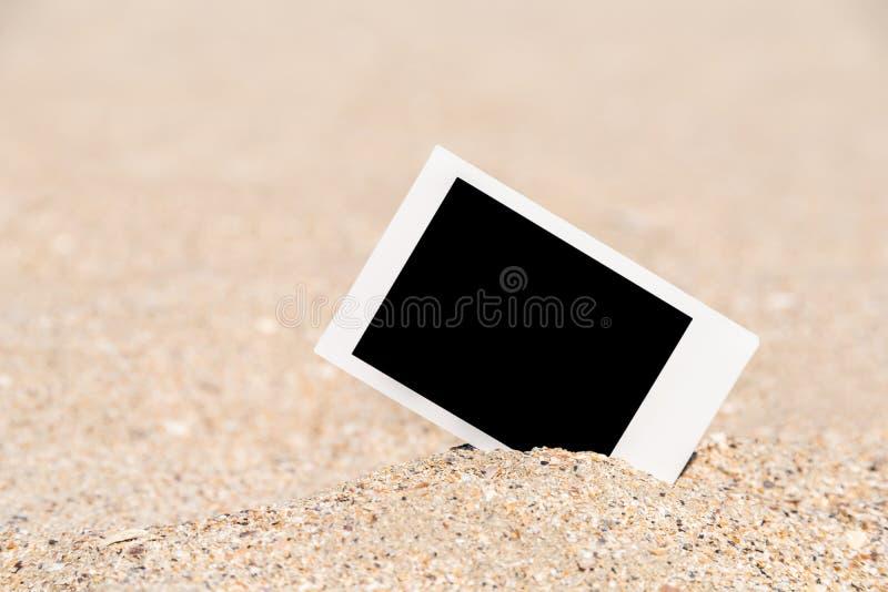 Tomt Retro ögonblickligt foto på stranden arkivbilder