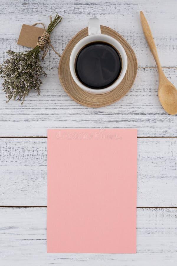 Tomt rosa kort och en kopp kaffe med caspiabuketten arkivfoto
