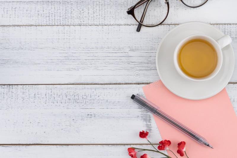 Tomt rosa kort, penna, glasögon och en kopp te royaltyfri foto