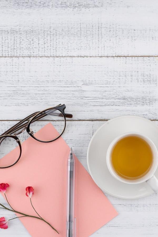 Tomt rosa kort, penna, glasögon och en kopp te arkivbilder
