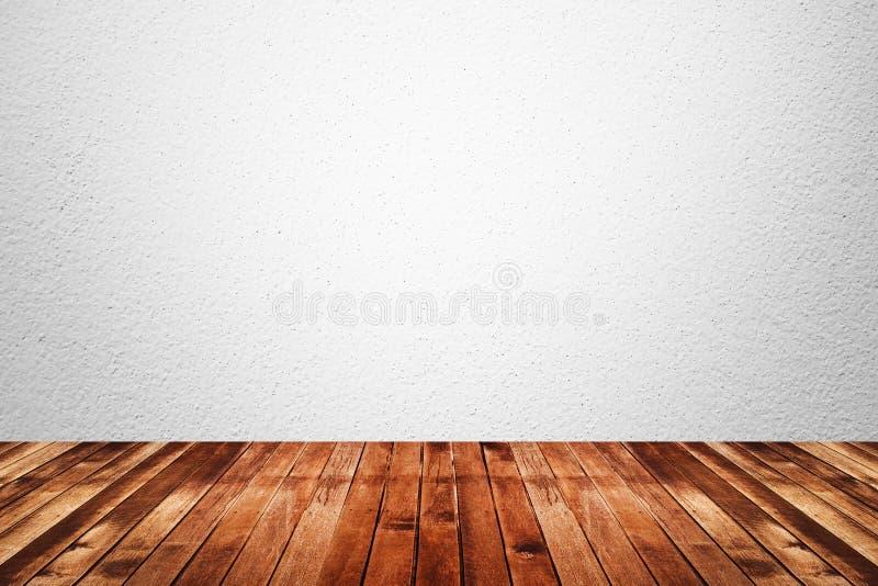 Tomt rum av det vita vägg- och trägolvet arkivbild