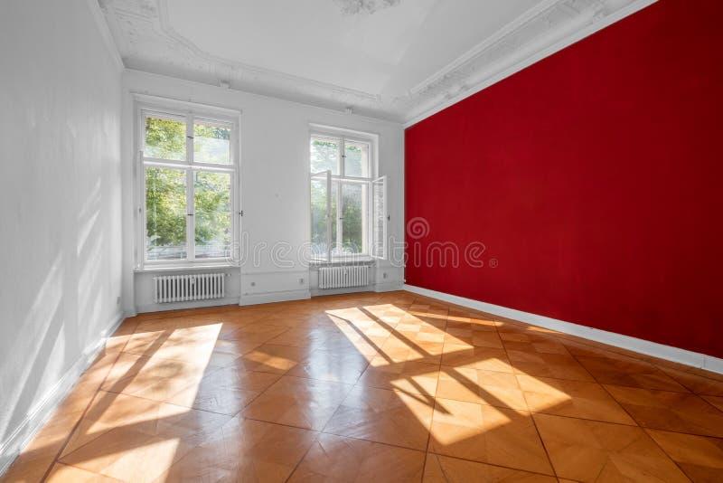 Tomt rum i gammal hyreshus med träparkettgolvet - royaltyfria foton