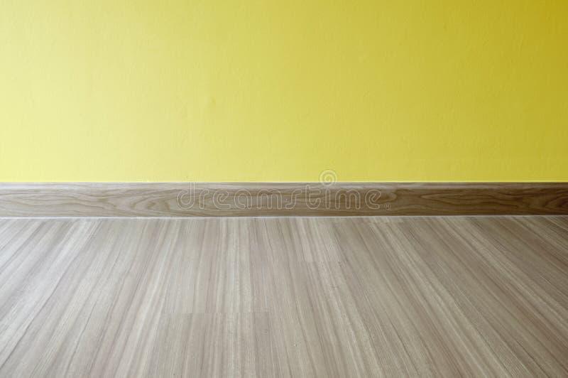 Tomt rum med durken för laminat för ekträ och nyligen målad guling Materiell design Laminat parkett, vinyl, trätextur arkivbilder