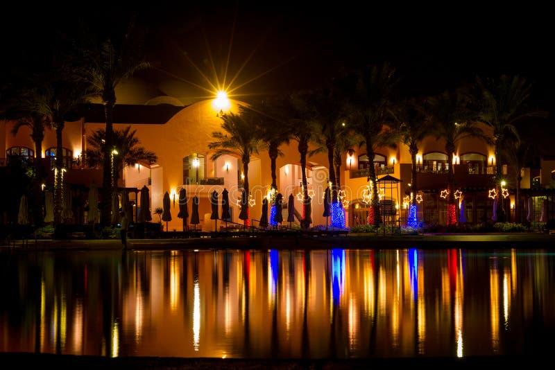 Tomt Sofitel hotell vid natt, Taba, Egypten royaltyfri foto