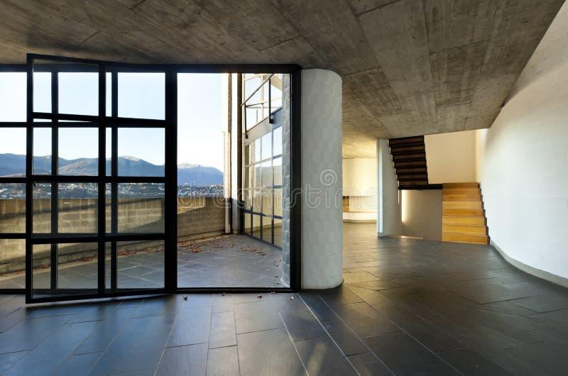 tomt stort modernt villafönster arkivbild