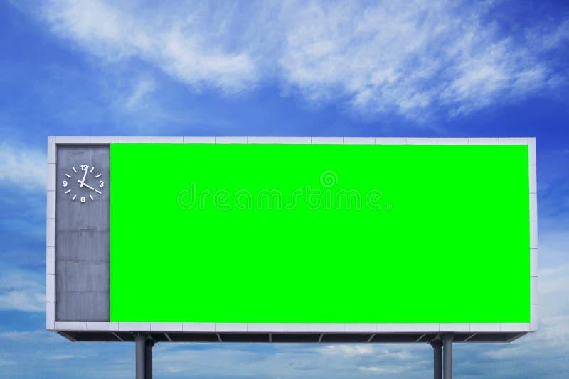 Tomt tecken för affischtavla för mellanrumsgräsplanskärm med bakgrund för blå himmel arkivfoto