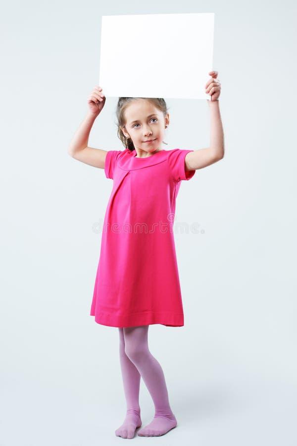 Tomt tecken för liten flickainnehav royaltyfria bilder