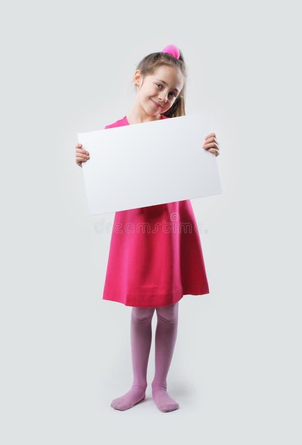 Tomt tecken för liten flickainnehav royaltyfri fotografi