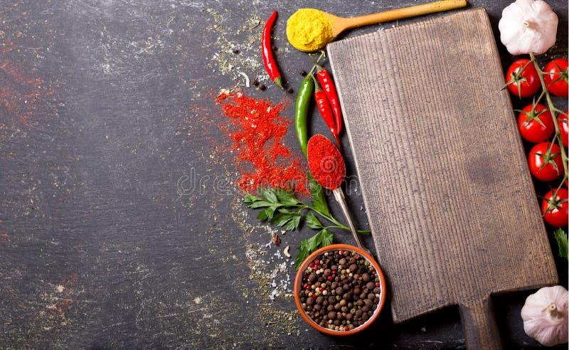 Tomt träbräde med ingredienser för att laga mat arkivbild