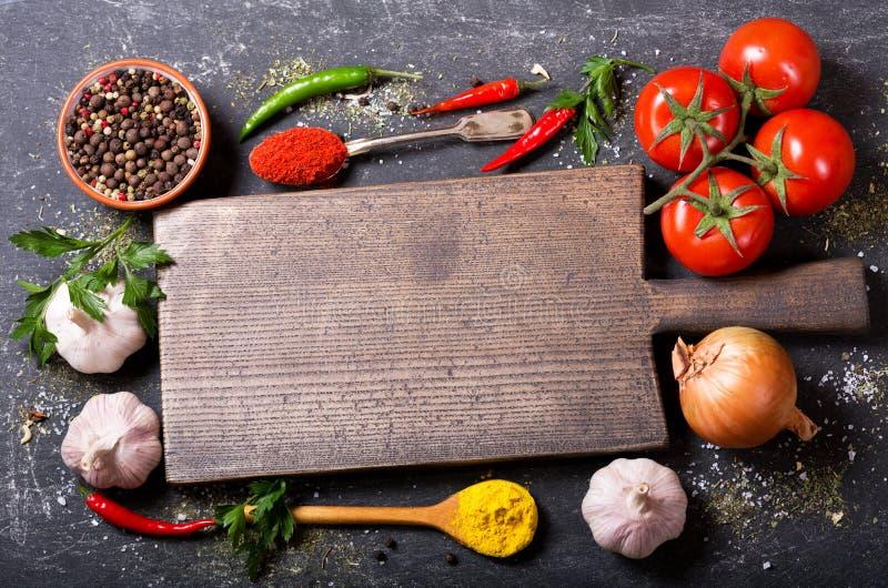 Tomt träbräde med ingredienser för att laga mat royaltyfri foto