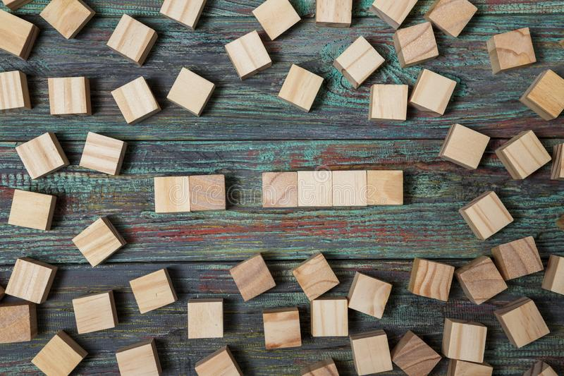 Tomt tr?kvarter som lutar p? en struktur som g?ras av m?nga andra texturerade kvarter med flera av dem fortfarande spritt ligga p royaltyfri fotografi