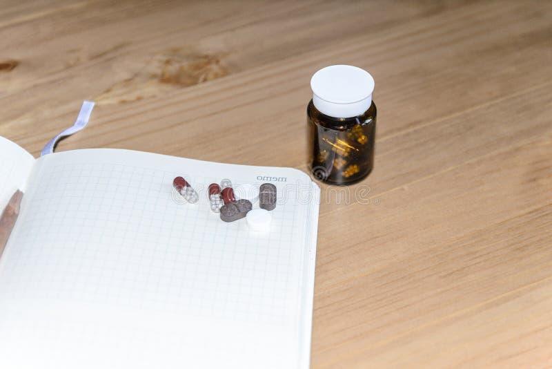 tomt utrymme f?r din text p? ett ark av anteckningsboken eller dagboken Medicinsk bakgrund med kul?ra minnestavlor, minnestavlor  arkivbild
