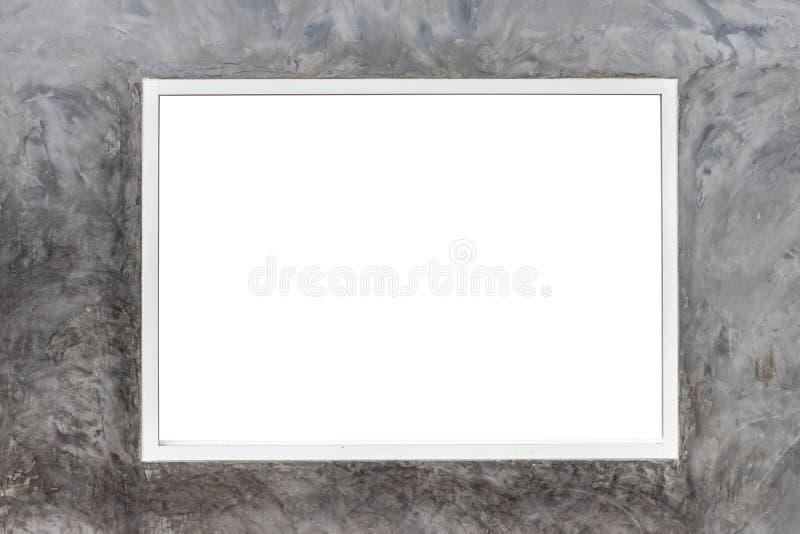 Tomt utrymme i den vita fönsterramen på den ojämna cementväggen arkivfoton
