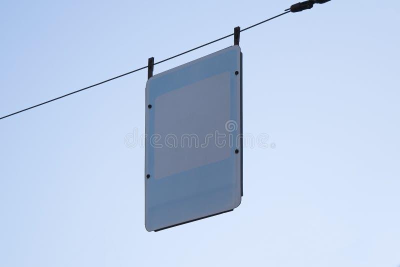 Tomt vägmärke över bakgrund för blå himmel Tom mall för gatatecken royaltyfri fotografi