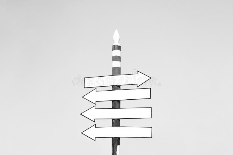 Tomt vägmärke över klar himmelbakgrund som pekar till rätta riktningen Ð'lack och vitt fotografi arkivfoton