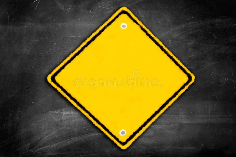 Tomt varningstecken på en svart svart tavla arkivbild