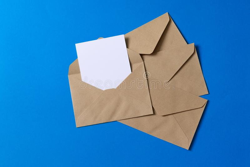 Tomt vitt kort med åtlöje för kraft brun pappers- kuvertmall upp fotografering för bildbyråer