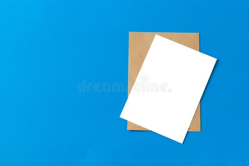 Tomt vitt kort med ?tl?je f?r kraft brun pappers- kuvertmall upp fotografering för bildbyråer