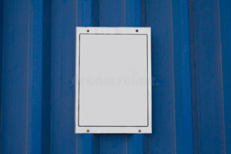 Tomt vitt tecken på metallbräde arkivbild