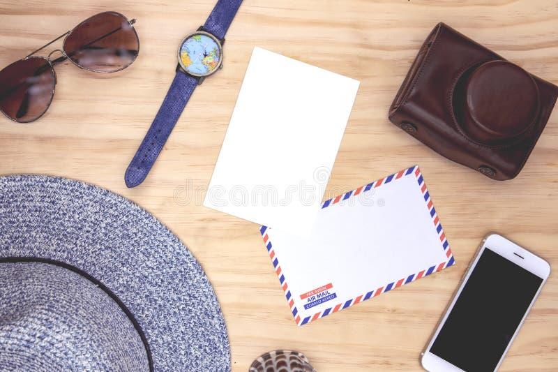 Tomt vitt vykort- och flygpostkuvert på trätabellen Bästa sikt för loppkort Lekmanna- kvinnlig lägenhet för sommarlopp arkivfoton