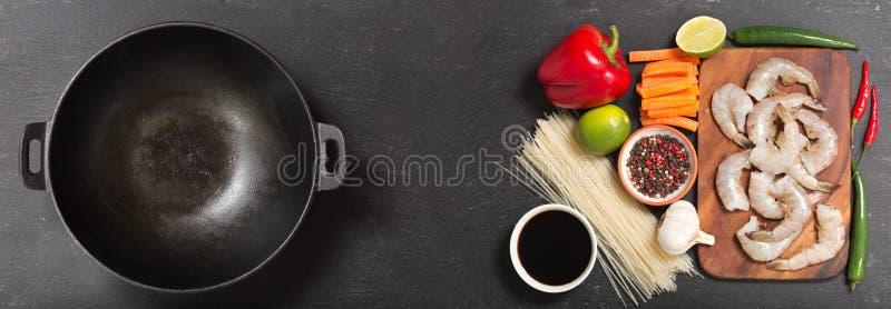 Tomt woka pannan med ingredienser för att laga mat uppståndelse stekte nudlar med räkor, bästa sikt royaltyfri bild