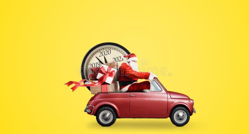 Tomten och Claus-nedräkning på bil royaltyfri bild
