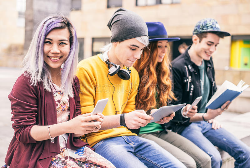 Tonår med smartphones och minnestavlan royaltyfria bilder