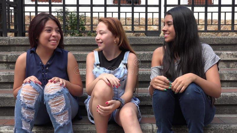 Tonår som hänger ut att ha gyckel arkivfoto
