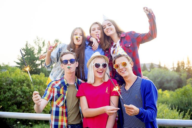 Tonår som har ett parti royaltyfria bilder