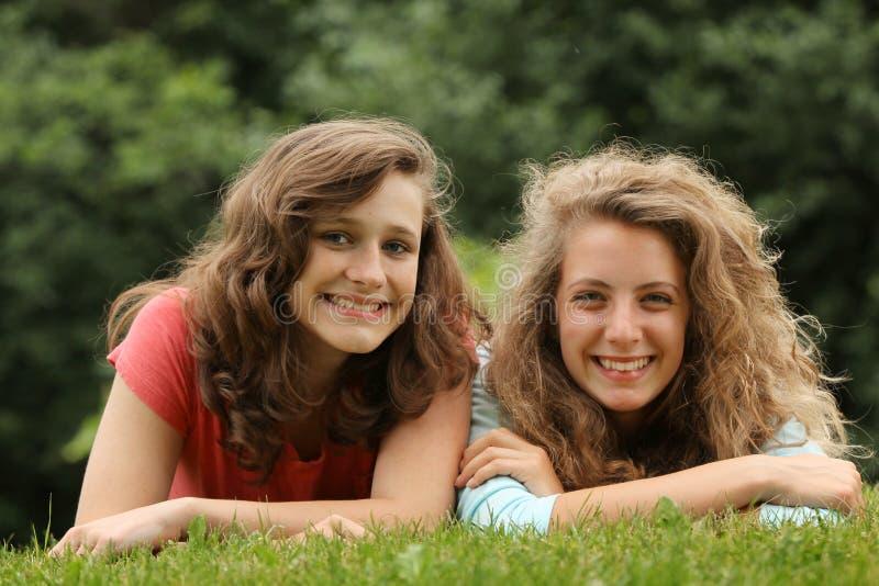 Tonår som ligger i ett gräs royaltyfria bilder