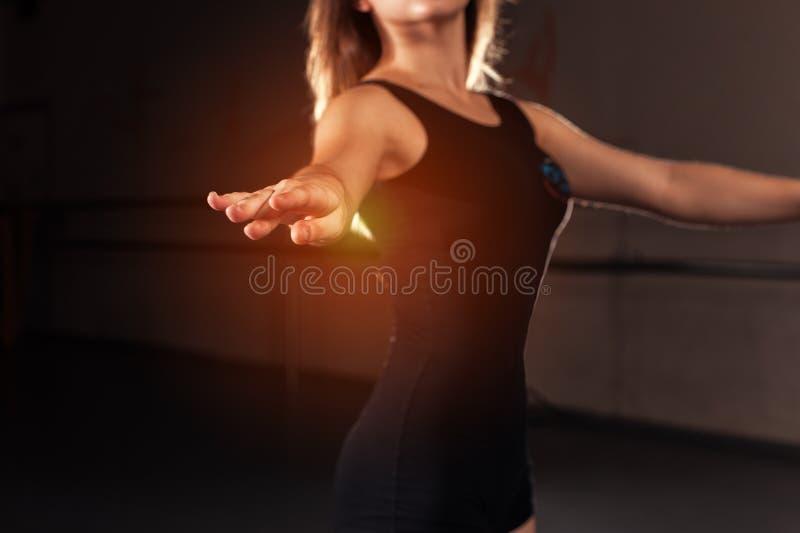 Tonårig dansare i unitard i balettposition arkivfoto