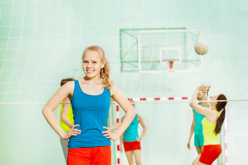 Tonårig flicka, anseende för volleybollspelare i gymnastiksal royaltyfri foto