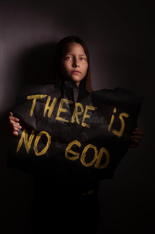 Tonårig flicka för ateist som rymmer ett baner med inskriften royaltyfri bild