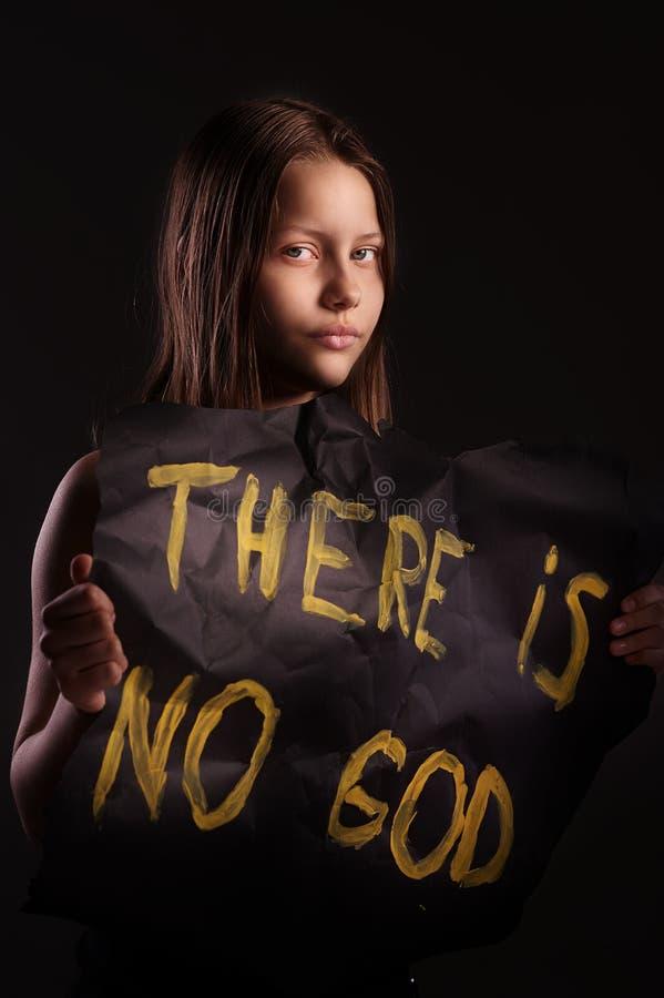 Tonårig flicka för ateist som rymmer ett baner med inskriften royaltyfria foton