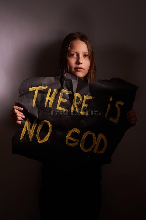 Tonårig flicka för ateist som rymmer ett baner med inskriften arkivbilder