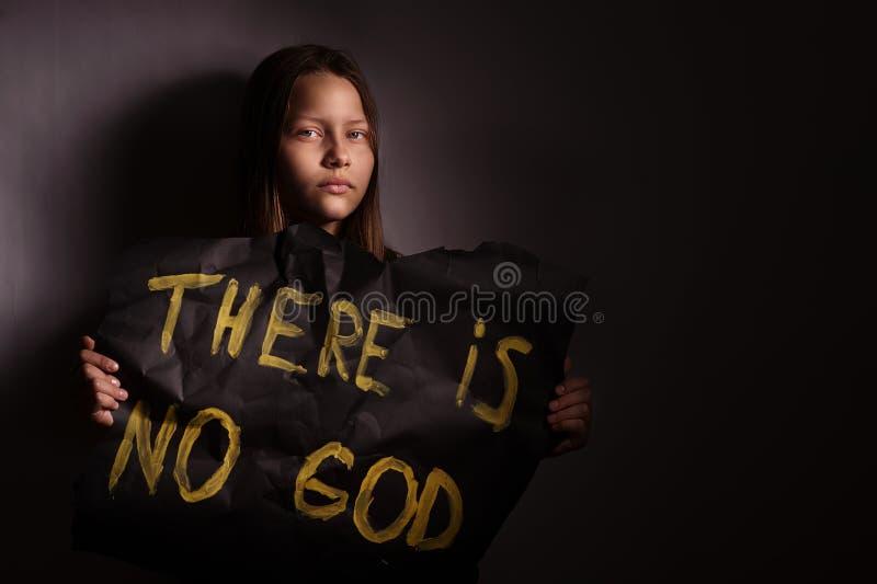 Tonårig flicka för ateist som rymmer ett baner med inskriften royaltyfria bilder