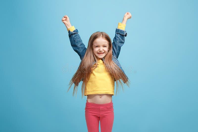 Tonårig flicka för lycklig framgång som firar vara en vinnare Dynamisk driftig bild av den kvinnliga modellen arkivfoto