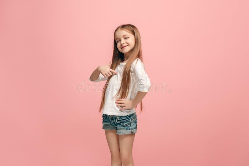 Tonårig flicka för lycklig framgång som firar vara en vinnare Dynamisk driftig bild av den kvinnliga modellen royaltyfria foton