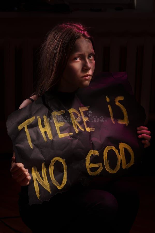 Tonårig flicka för smutsig ateist som rymmer ett baner med inskriften fotografering för bildbyråer