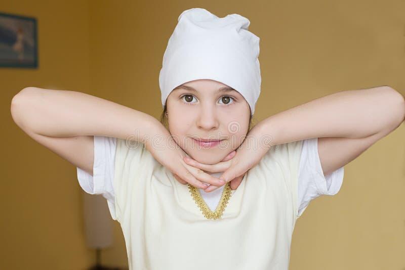 Tonårig flicka för stående i kläder för yoga på idrottshallen royaltyfri foto