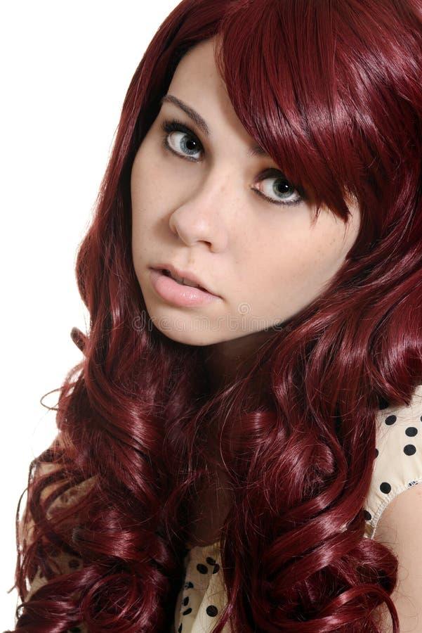 Tonårig flicka med burgundy hår arkivbild