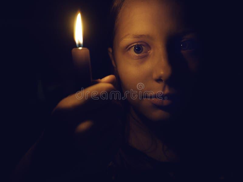 Tonårig flicka med en stearinljus arkivfoton